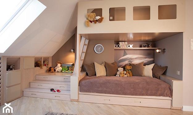 podłoga z jasnego drewna, antresola z miejscem do zabawy w pokoju dziecka