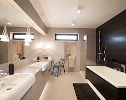 SYPIALNIA MINIMALISTYCZNA - Duża beżowa czarna łazienka w domu jednorodzinnym z oknem, styl nowoczesny - zdjęcie od MARTA PERSKA INTERIORS