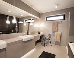 SYPIALNIA MINIMALISTYCZNA - Średnia beżowa czarna łazienka w domu jednorodzinnym z oknem, styl nowoczesny - zdjęcie od MARTA PERSKA INTERIORS