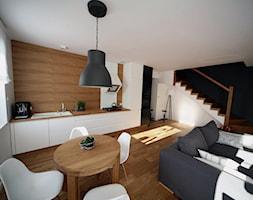 GREY SCALE dom szeregowy Biedrusko - Mała otwarta biała czarna brązowa jadalnia w salonie, styl minimalistyczny - zdjęcie od Pracownia Projektowania i Aranżacji Wnętrz Ewa Zawartowska