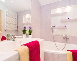 Mała różowa łazienka na poddaszu w bloku bez okna, styl tradycyjny - zdjęcie od Joanna Sokołowska 4