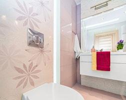 Wieliczka, Chrobrego mieszkanie 37m2 z antresolą - Mała różowa łazienka na poddaszu w bloku w domu jednorodzinnym bez okna, styl tradycyjny - zdjęcie od Joanna Sokołowska 4
