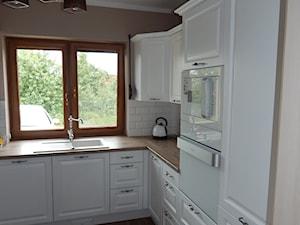 DLK - Średnia biała beżowa kuchnia w kształcie litery l, styl klasyczny - zdjęcie od WOJ-FOYER