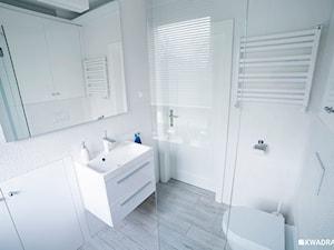 Biała łazienka w skandynawskim stylu. - zdjęcie od Kwadraton
