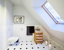 Dom w Górach Orlickich - Mała biała szara łazienka na poddaszu w domu jednorodzinnym z oknem, styl klasyczny - zdjęcie od Kwadraton