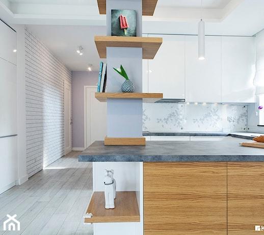 Kuchnia z widokiem na przedpokój ze ścianą z białej cegły   -> Kuchnia Z Cegly
