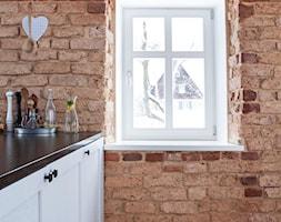 Dom w Górach Orlickich - Mała otwarta pomarańczowa kuchnia jednorzędowa z oknem, styl skandynawski - zdjęcie od Kwadraton