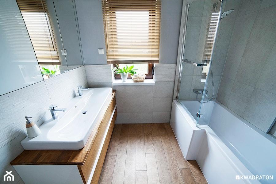 Łazienka z oknem w naturalnych barwach. - zdjęcie od ...
