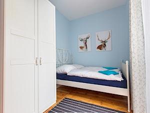 Apartament przy Monte Cassino Sopot - Średnia niebieska sypialnia małżeńska, styl skandynawski - zdjęcie od Marina Apartments