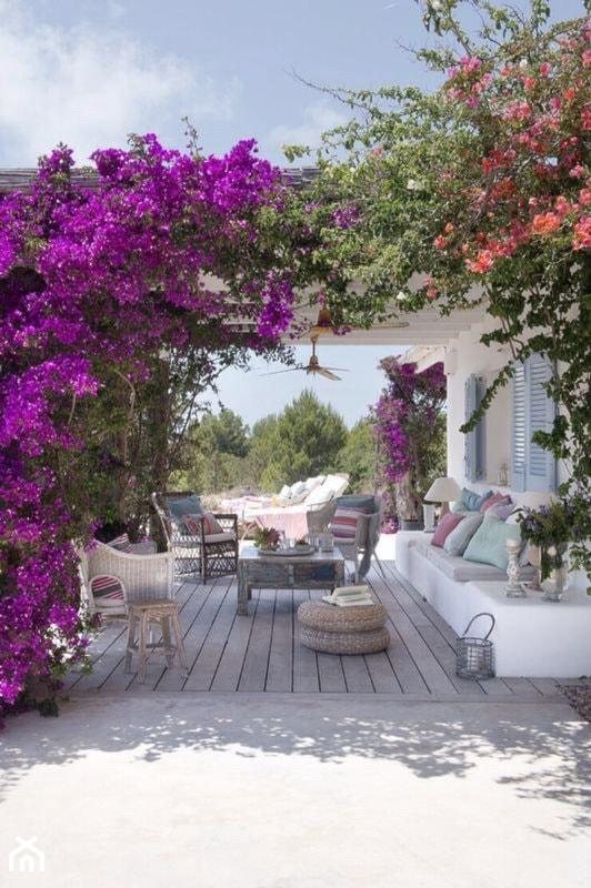 Pergola w ogrodzie z kwiatami - zdjęcie od Martyna