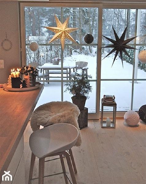 ogród zimowy w stylu skandynawskim jako przedłużenie przestrzeni kuchennej