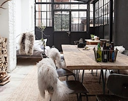 ogród we wnętrzu - Duża otwarta biała czarna jadalnia w salonie, styl skandynawski - zdjęcie od Martyna