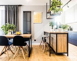 Salon z aneksem kuchennym - zdjęcie od MOTHI.form - Homebook