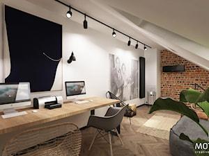 MOTHI.FORM ⋅ MIESZKANIE Z ANTRESOLĄ ⋅ KRAKÓW - Duże białe biuro domowe kącik do pracy na poddaszu w pokoju, styl industrialny - zdjęcie od MOTHI.form