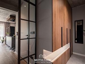 MOTHI.form ⋅ DOM W CHARAKTERZE INDUSTRIALNYM w Skawinie - Hol / przedpokój, styl industrialny - zdjęcie od MOTHI.form