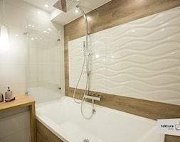 mieszkanie dla singla - Mała biała łazienka w bloku w domu jednorodzinnym bez okna, styl minimalistyczny - zdjęcie od Tektura Studio