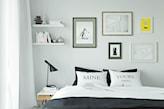 białe zasłony, metalowa lampka nocna, kompozycja z plakatów w ramkach