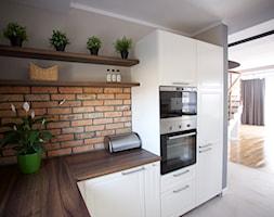 Bliźniak w Gruszczynie - Średnia otwarta szara kuchnia w kształcie litery l w aneksie, styl skandynawski - zdjęcie od Norbert Perliński