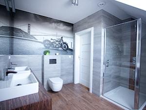 Bliźniak w Gruszczynie - Duża szara łazienka na poddaszu w domu jednorodzinnym z oknem, styl nowoczesny - zdjęcie od Norbert Perliński
