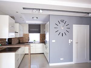 Bliźniak w Gruszczynie - Średnia otwarta biała niebieska brązowa kuchnia w kształcie litery u, styl skandynawski - zdjęcie od Norbert Perliński