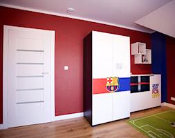 Bliźniak w Gruszczynie - Średni niebieski czerwony pokój dziecka dla chłopca dla malucha, styl tradycyjny - zdjęcie od Norbert Perliński