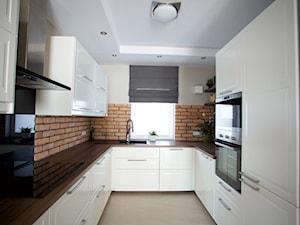 Bliźniak w Gruszczynie - Średnia zamknięta biała brązowa kuchnia w kształcie litery u, styl skandynawski - zdjęcie od Norbert Perliński