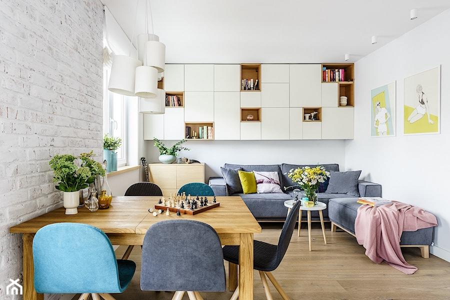 family spot - Mały biały salon z jadalnią, styl skandynawski - zdjęcie od SAJE ARCHITEKCI Joanna Morkowska-Saj