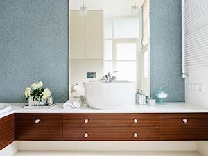 Konkurs apartament w Gdyni - Mała biała szara łazienka na poddaszu w bloku w domu jednorodzinnym z oknem, styl eklektyczny - zdjęcie od SAJE ARCHITEKCI Joanna Morkowska-Saj