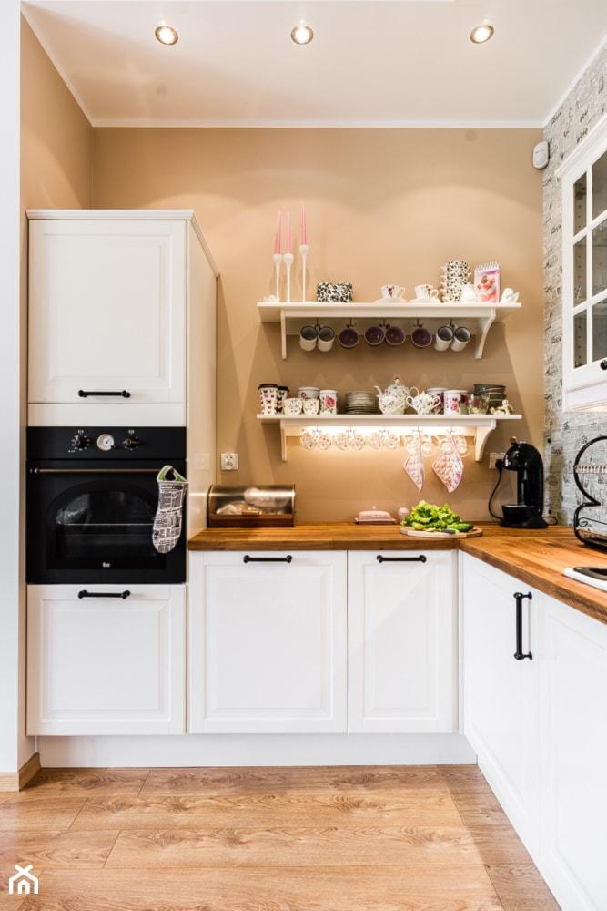 Aranżacje wnętrz - Kuchnia: przepis na retro - Mała zamknięta kuchnia w kształcie litery l, styl eklektyczny - SAJE ARCHITEKCI Joanna Morkowska-Saj. Przeglądaj, dodawaj i zapisuj najlepsze zdjęcia, pomysły i inspiracje designerskie. W bazie mamy już prawie milion fotografii!