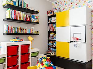 królestwo dzieci - Średni szary kolorowy pokój dziecka dla chłopca dla malucha, styl nowoczesny - zdjęcie od SAJE ARCHITEKCI Joanna Morkowska-Saj