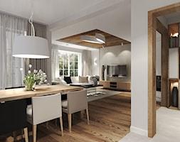 Dom z dużą ilością drewna. - Duża otwarta biała jadalnia w salonie, styl nowoczesny - zdjęcie od Agata Hann Architektura Wnętrz