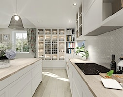 Wiejski dom dla miłośniczki kwiatów - Duża biała kuchnia dwurzędowa w aneksie z wyspą z oknem, styl klasyczny - zdjęcie od Agata Hann Architektura Wnętrz