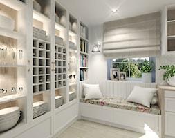Wiejski dom dla miłośniczki kwiatów - Biała kuchnia z oknem, styl klasyczny - zdjęcie od Agata Hann Architektura Wnętrz - Homebook