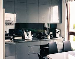 Realizacja ul Ordona, Warszawa - Mała otwarta kuchnia w kształcie litery l w aneksie, styl nowoczesny - zdjęcie od AS-MEB producent kuchni i mebli