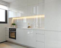 suspenzo_no.26 - Średnia zamknięta biała kuchnia jednorzędowa z oknem, styl nowoczesny - zdjęcie od suspenzo architectural group - Homebook
