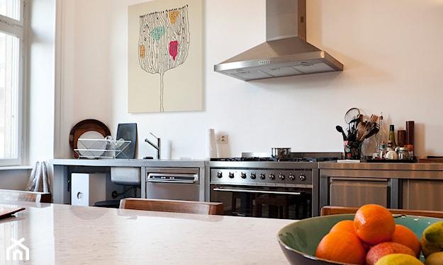 plakat na ścianie w kuchni