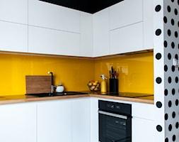 52m2 na warszawskim Muranowie - Średnia otwarta biała żółta kuchnia w kształcie litery l, styl nowoczesny - zdjęcie od Pracownia Wielkie Rzeczy