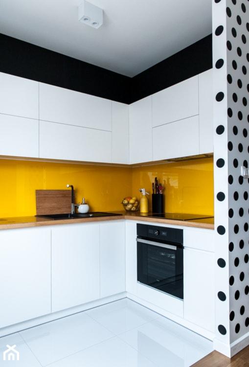 Aranżacje wnętrz - Kuchnia: 52m2 na warszawskim Muranowie - Średnia otwarta biała żółta kuchnia w kształcie litery l, styl nowoczesny - Pracownia Wielkie Rzeczy. Przeglądaj, dodawaj i zapisuj najlepsze zdjęcia, pomysły i inspiracje designerskie. W bazie mamy już prawie milion fotografii!