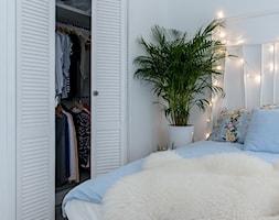 55m2 Skandynawii w Warszawie - Mała biała sypialnia małżeńska, styl skandynawski - zdjęcie od Pracownia Wielkie Rzeczy