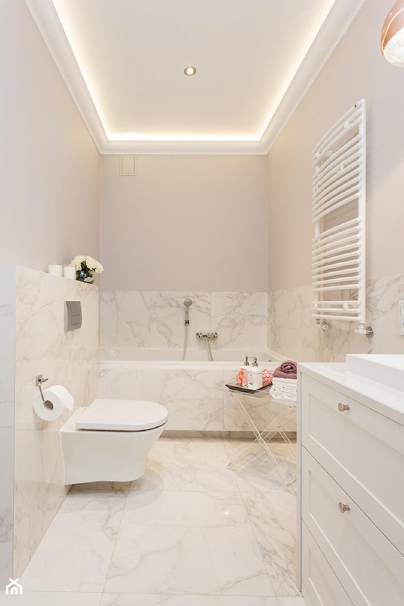 mieszkanie 80m2 na wynajem - Średnia beżowa łazienka w bloku bez okna, styl glamour - zdjęcie od Pracownia Wielkie Rzeczy