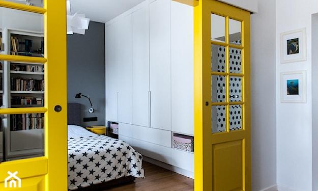 żółte drzwi do sypialni, biała pościel w czarne gwiazdki