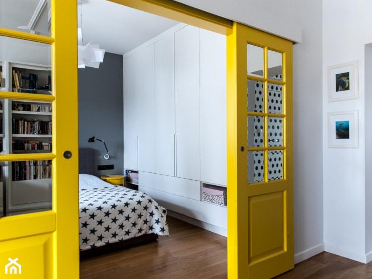 52m2 na warszawskim Muranowie - Mała sypialnia małżeńska, styl nowoczesny - zdjęcie od Pracownia Wielkie Rzeczy