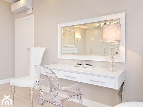 Aranżacje wnętrz - Sypialnia: Sypialnia - Średnia biała szara sypialnia małżeńska, styl glamour - Fawre s.c.. Przeglądaj, dodawaj i zapisuj najlepsze zdjęcia, pomysły i inspiracje designerskie. W bazie mamy już prawie milion fotografii!