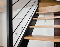przedpokój i korytarz - Średnie wąskie schody wachlarzowe drewniane metalowe - zdjęcie od Fawre s.c.