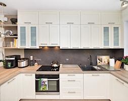 Kuchnia - Otwarta beżowa kuchnia w kształcie litery u, styl prowansalski - zdjęcie od Fawre s.c.