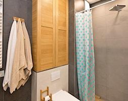 Łazienka, toaleta - Mała czarna szara łazienka w bloku w domu jednorodzinnym bez okna, styl rustykalny - zdjęcie od Fawre s.c.