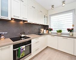 Kuchnia - Średnia zamknięta biała kuchnia w kształcie litery l, styl prowansalski - zdjęcie od Fawre s.c.