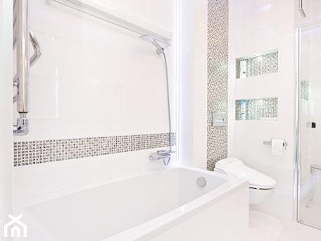 Łazienka, toaleta - Średnia beżowa łazienka w bloku bez okna, styl glamour - zdjęcie od Fawre s.c.