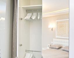 Średnia otwarta garderoba przy sypialni, styl glamour - zdjęcie od Fawre s.c.