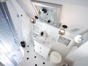 Metamorfoza - Mała biała szara łazienka na poddaszu bez okna, styl eklektyczny - zdjęcie od Aleksandra Bartkiewicz